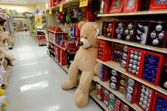 在商店的大被充塞的玩具熊 库存照片