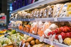在商店的有机生态健康菜销售架子 免版税库存图片
