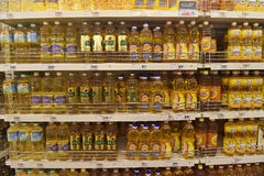 在商店的架子的向日葵油 库存照片