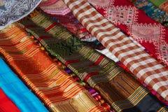 在商店的柜台的多彩多姿的布料 老挝 库存照片