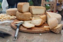 在商店的柜台的新近地切好的乳酪 免版税库存图片