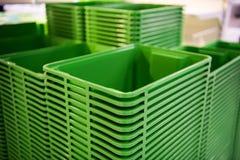 在商店的绿色塑料家庭容器塔 库存图片