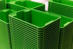 在商店的绿色塑料家庭容器塔 库存照片