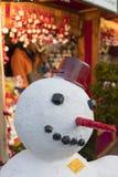在商店的fornt的一个雪人在和平正方形Namesti Miru的传统圣诞节市场上在布拉格,捷克共和国 免版税图库摄影