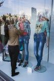在商店窗口与反射, Granad的抽象时装模特 图库摄影