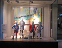 在商店窗口显示的儿童时装模特。 库存照片