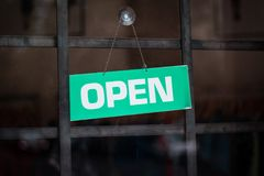在商店窗口的开放标志-在门的开放标志- 免版税图库摄影