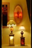 在商店窗口豪华大理石台灯,墙壁灯台,温暖的光,希望光,打开您的梦想,浪漫时间 免版税库存照片