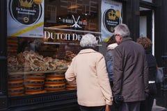 在商店窗口附近的夫妇在阿姆斯特丹 库存图片