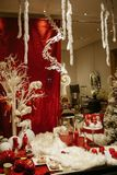在商店窗口陈列室的圣诞节装饰 图库摄影