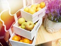 在商店结果实苹果、桔子和柠檬在白色箱子 免版税库存照片