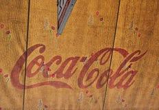 在商店遮篷的经典红色可口可乐商标 库存图片