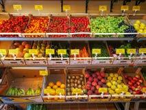 在商店里面的蔬菜水果商 在架子暴露的果子,颜色品种  库存照片