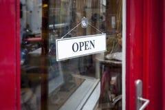 在商店门的一个开放标志 免版税库存照片
