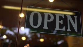 在商店门的开放标志 股票视频