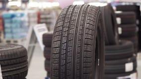 在商店零售的橡胶车胎 股票录像