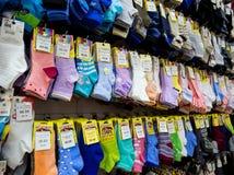 在商店` Noskoff `的窗口的多彩多姿的袜子 库存图片