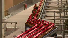 在啤酒厂的传动机俄国啤酒柠檬水和啤酒饮料的生产的 影视素材