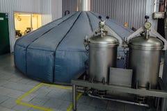 在啤酒厂的钢发酵饲料大桶 免版税图库摄影