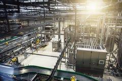 在啤酒工厂的现代啤酒厂生产线 钢罐、设备、管道和滤清系统 图库摄影