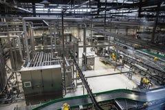 在啤酒工厂的现代啤酒厂生产线 钢罐、设备、管道和滤清系统 免版税库存图片