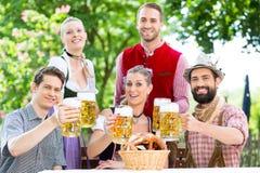 在啤酒庭院-喝啤酒的朋友里在巴伐利亚 免版税库存照片