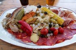 在啤酒节日的肉盘在布拉格 免版税库存图片