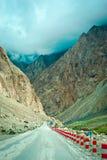 在喀喇昆仑山脉高速公路上 图库摄影
