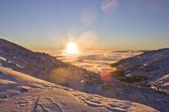 在喀尔巴汗的多雪的山的日落 库存照片