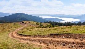在喀尔巴阡山脉的土路 免版税库存图片