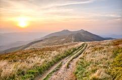 在喀尔巴阡山脉的山的日落 免版税库存照片