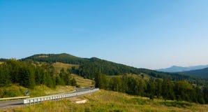 在喀尔巴阡山脉的高速公路在罗马尼亚,欧洲 Putna-Vrance 库存照片