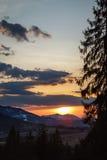 在喀尔巴汗山的壮观的日落 免版税库存照片