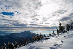 在喀尔巴阡山脉上的五颜六色的天空 库存照片