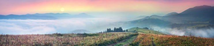 在喀尔巴阡山脉的上面的早晨 库存照片