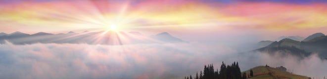 在喀尔巴阡山脉的上面的早晨 免版税库存照片