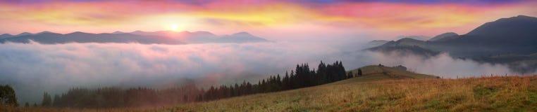 在喀尔巴阡山脉的上面的早晨 免版税库存图片