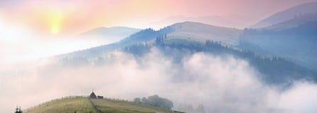 在喀尔巴阡山脉的上面的早晨 库存图片