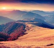在喀尔巴阡山脉的五颜六色的秋天日出 免版税库存图片