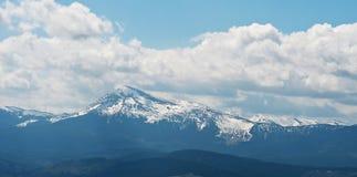 在喀尔巴阡山脉的全景冬天 库存照片