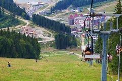 在喀尔巴阡山脉的升降椅 库存图片