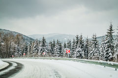 在喀尔巴阡山脉的危险弯曲道路 免版税库存图片