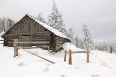 在喀尔巴阡山脉的小屋 免版税库存照片