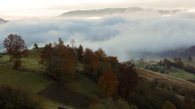 在喀尔巴阡山脉的有雾的日出 股票录像