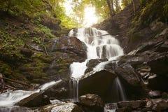 在喀尔巴阡山脉的瀑布 免版税图库摄影