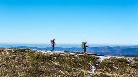 在喀尔巴阡山脉的走的夫妇 免版税库存图片