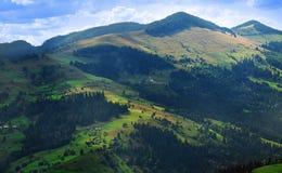 在喀尔巴阡山脉的鸟瞰图-乌克兰-高分辨率 免版税库存图片