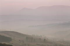在喀尔巴阡山脉的11月有雾的早晨 免版税库存照片