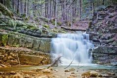 在喀尔巴阡山脉,乌克兰的瀑布 库存照片
