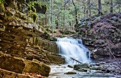 在喀尔巴阡山脉,乌克兰的瀑布 免版税图库摄影